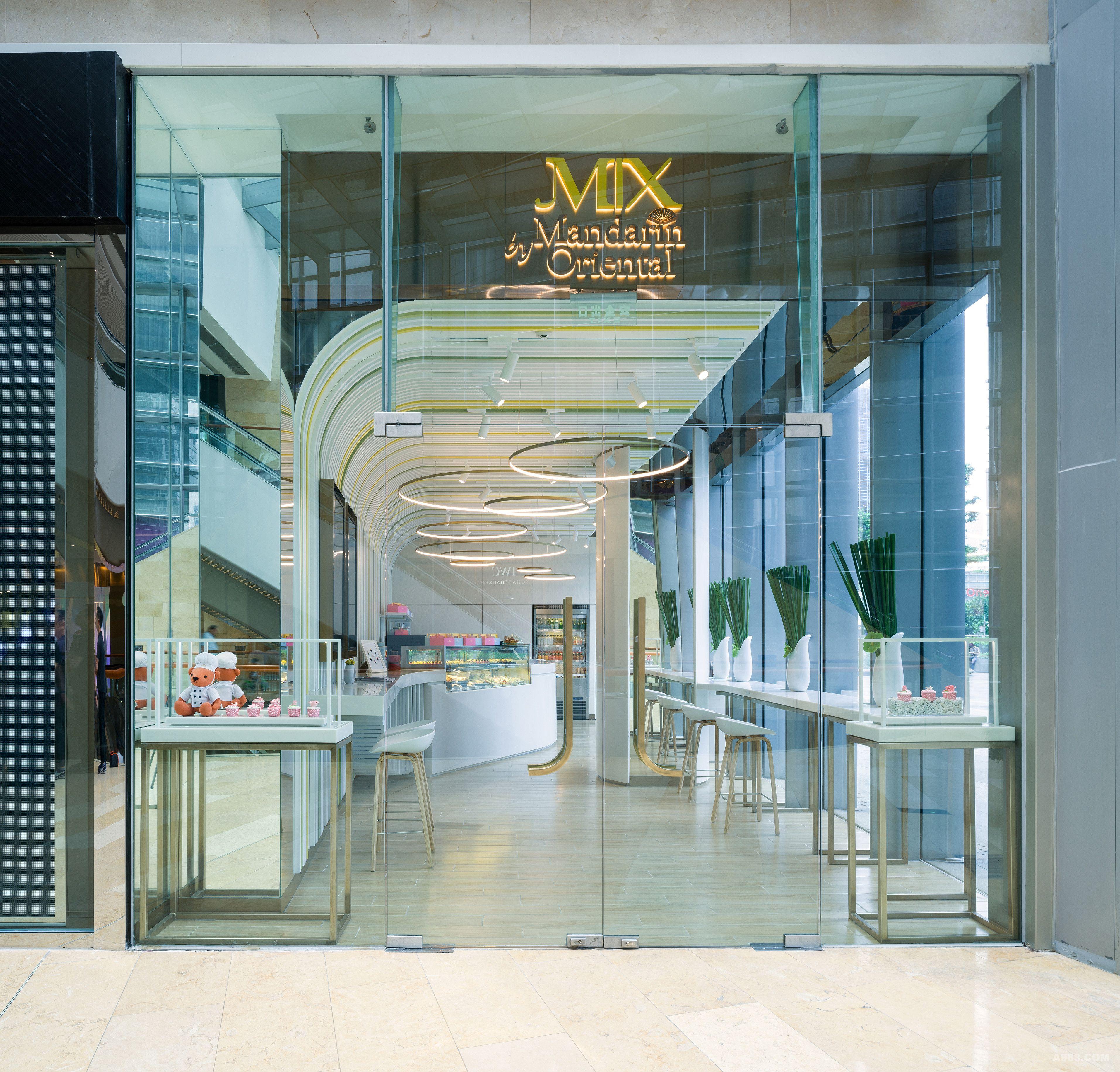 入口处的不锈钢标志造型配合灯效营造了文华东方的气派